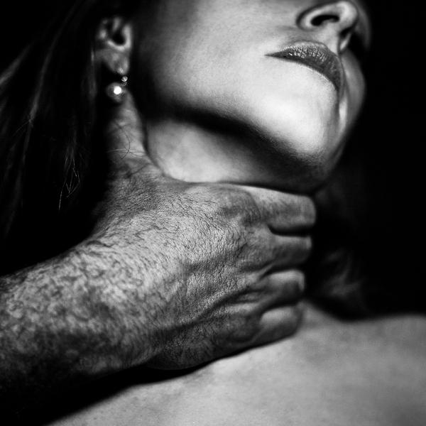 Мужчина придушивает женщину во время секса